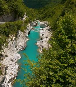 Bei der Napoleonbrücke unterhalb von Kobarid im Slowenischen Teil des AlpeAdriaTrail höhlte der Fluss Soča eine etwa 200 lange, 15 tiefe und im engsten Teil nur zwei Meter breite Schlucht aus.  Foto: Lenaric