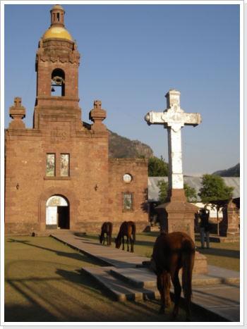 Die alte Missionsstation von Cerocahui. Neben der Kirche befindet sich im Gebäude der Mission heute ein modernes Hotel mit eigenem Weingarten.