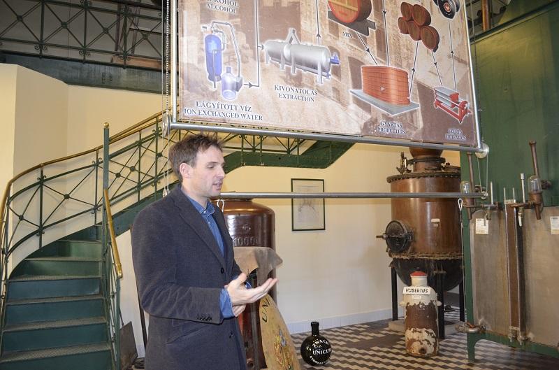 Vorstandsvorsitzender Sándor Zwack erläuterte Barkeepern und Journalisten sein Produkt.