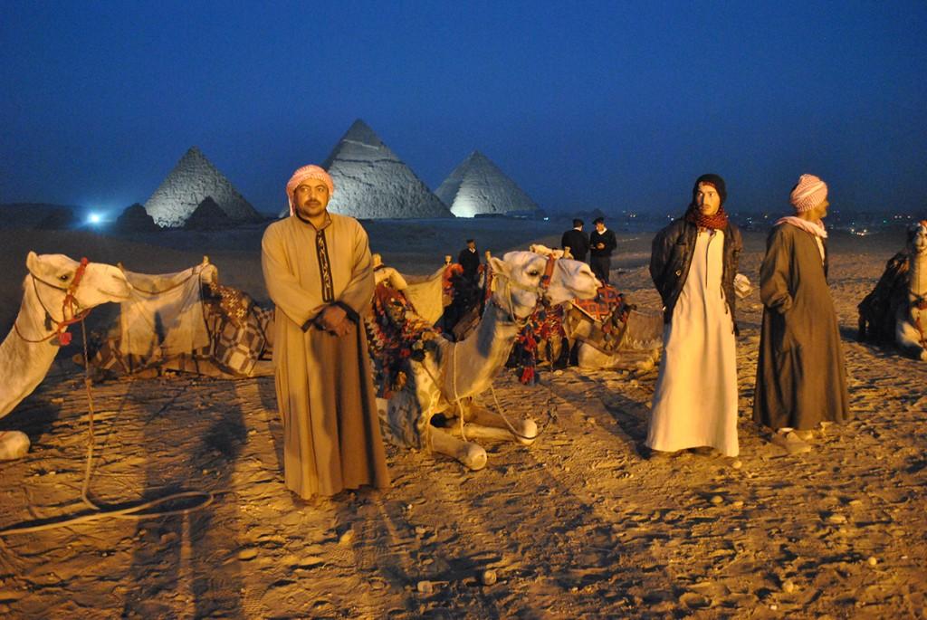 Vor den Pyramiden von Gizeh (Foto: Forster)