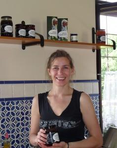 Magdalena Burda-Wieła präsentiert in der Küche ihre Bio-Konserven. Foto: Höck