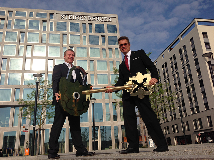 Torsten K. Schulze, Direktor des neuen Steigenberger Hotel Am Kanzleramt, zusammen mit Christian Berger, Geschäftsführer der STRAUSS & CO. Development GmbH, bei der symbolischen Schlüsselübergabe.