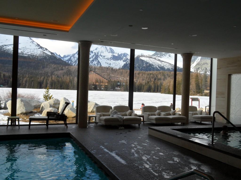 Blick vom Wellnessbereich des Hotels Kempinski Hohe Tatra über den zugefrorenen Tschirner See auf die Gipfel der Tatra.