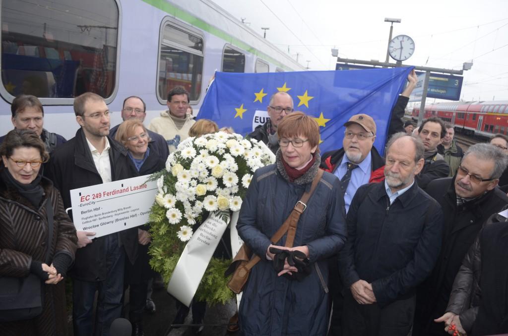 Protestaktion anlässlich der letzten Fahrt des EC Wawel. Politiker und Wirtschaftsvertreter forderten bei der symbolischen Kranzniederlegung drei tägliche Verbindungen zwischen Berlin und Wroclaw(Breslau).  Foto: Forster