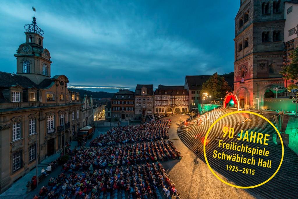 Die Große Treppe und der Marktplatz während einer Aufführungen auf der Großen Treppe vor St. Michael. © Foto: Freilichtspiele Schwäbisch Hall, Jürgen Weller
